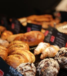 京都はパンの消費量日本一の街です。 そんな京都のパン屋オペラが掲げる目標があります。 京都産だけで京都のパン屋にしか作れない京都のパンを作る オペラの掲げた目標は、全てのパン屋・全てのパン好きへの挑戦です。 勿論、京都産の中でも素材を吟味し、味や食感をより楽しんでいただけるパンを生み出します。 その為に用いるのが、本場フランスの製法です。 考えられた熟成期間をもつフランスの製法は、風味や食感をより引き立て、更に美味しいパンへと導きます。 オペラの挑戦に賛同したいと思う京都の食品製産業の方がいらっしゃいましたら、ぜひご相談ください。
