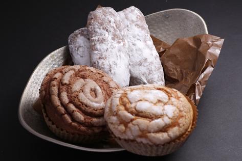 「パネトーネ」「シュトレン」は、イタリア・ドイツでクリスマスの時に用いられる祝いのパンです。 通常は2、3日でパサパサになるパンですが、オペラでは、日本人が好きな食感・口溶けにアレンジして作っています。2週間たっても食感が変わらないケーキのようなオペラの「パネトーネ」「シュトレン」は、結婚式の引出物にも最適です。日持ちのしないケーキや、定着してきたバームクーヘンに不満をもつ方にもおすすめです。> Read More > Online Store