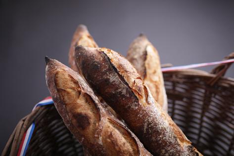 そんなバケットがオペラにはあります。 扱いが難しく、他のパン屋では使用しない京都産準強力粉を使用し、丁寧に3日間熟成させたバケットは、他では食べることのできない食感と口溶けを生み出します。