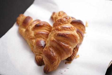 そんな食感・味わいを目指すオペラの人気商品です。 低水分・高級バターを100%と京都産小麦を使用し、フランス製法で生み出すオペラのクロワッサンはサクサクとした食感の中にやさしさを感じます。